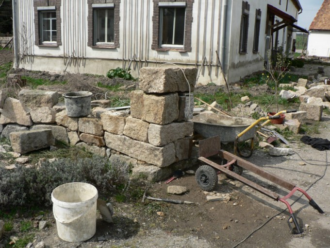 mauer naturstein granit selber bauen 21 pimp my bauernhof. Black Bedroom Furniture Sets. Home Design Ideas