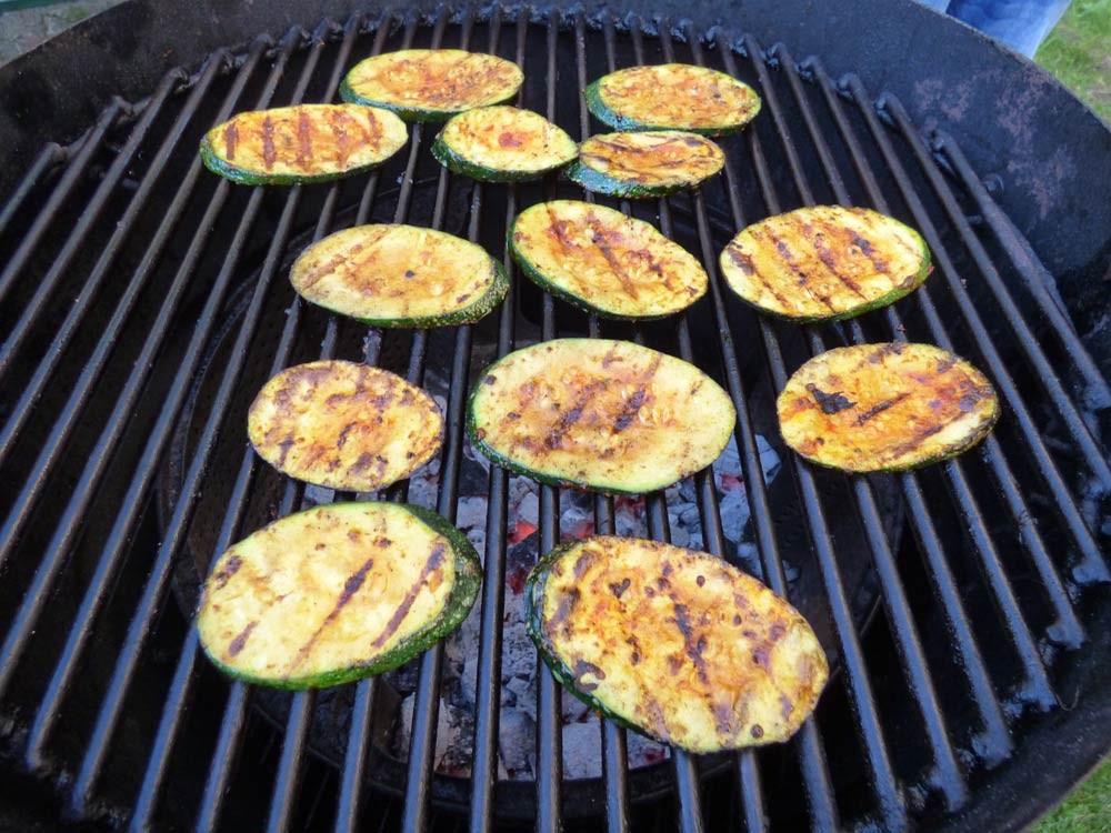 uds ugly drum steak normal zucchini bratwurst grillen smoker fassgrill stahlplatte vegetarisch 7