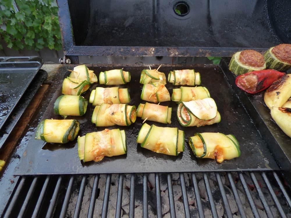 zucchhini kaese feta roellchen grillen smoker fassgrill stahlplatte vegetarisch  1