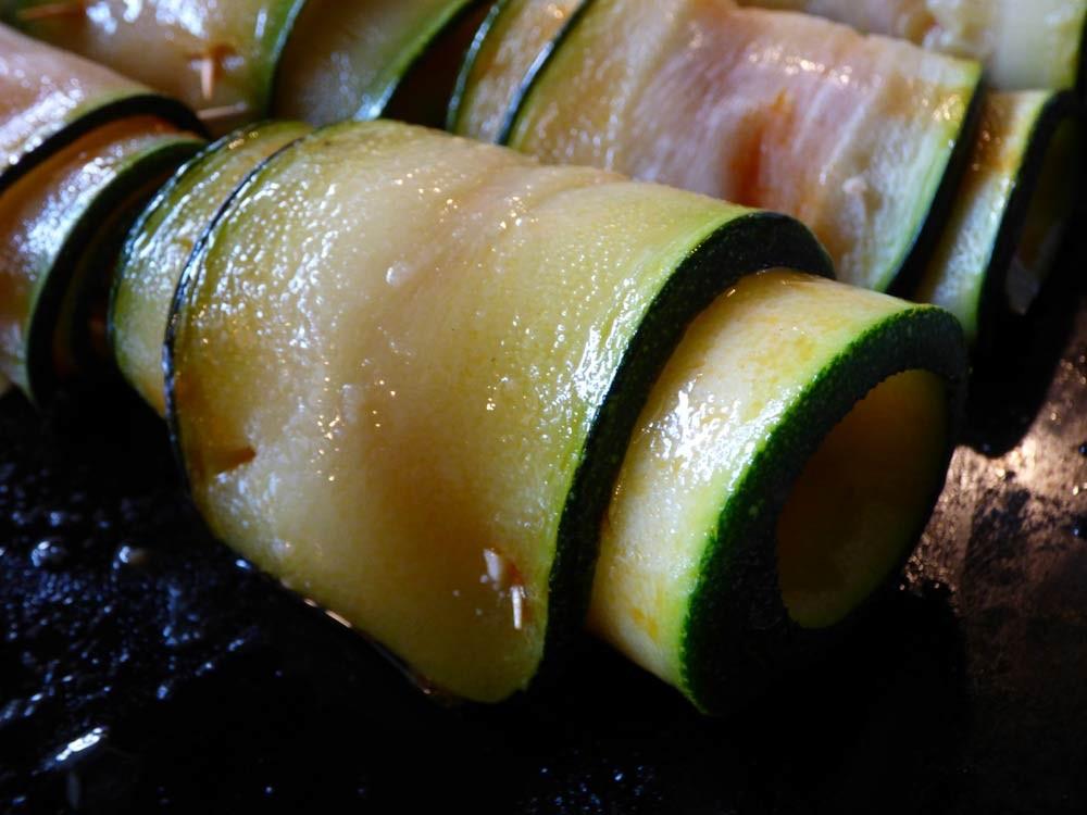 zucchhini kaese feta roellchen grillen smoker fassgrill stahlplatte vegetarisch  6