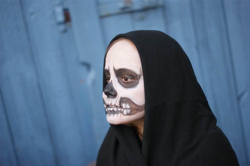halloween-kind-schminken-maske-totenkopf-kuerbis-zuchini-schnitzen-02