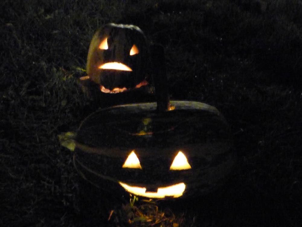 halloween-kind-schminken-maske-totenkopf-kuerbis-zuchini-schnitzen-03