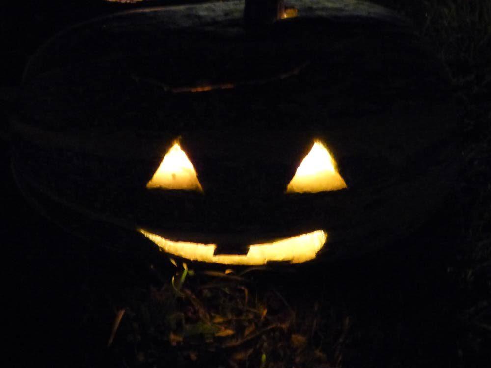 halloween-kind-schminken-maske-totenkopf-kuerbis-zuchini-schnitzen-04
